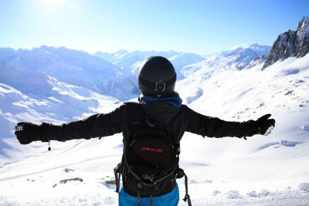 Andermattin uusin hissiyhteys aukesi Schneehüenerstockille yhdistäen Sedrunin ja Gütschin hiihtoalueet. Maisemat yläasemalta ovat vaikuttavat, etenkin kun mukana on uuden ja ennalta kokemattoman tuntua.