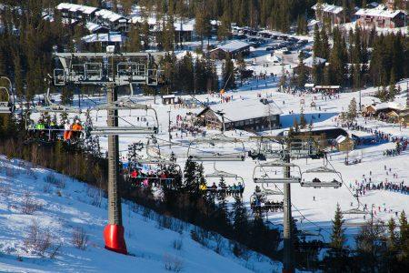 Sälenin reunimmaisena sijaitsevan Hundfjället-hiihtoalueen ala-aseman ympärillä on tiivis, kylämäinen majoitus- ja palvelukeskittymä.