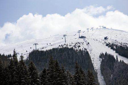 Jasnan 2024 metriseltä Chopok-huipulta lähtee pohjoispuolelle ensin vain yksi rinne, joka jakautuu alaspäin mentäessä aina uusiin haaroihin. Alempana alue on jo varsin laaja.