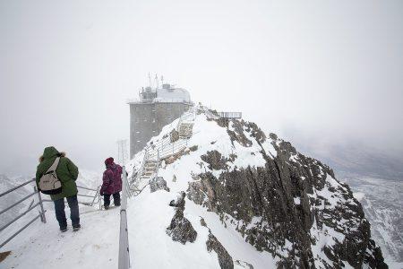 Tatranská Lomnican hiihtokeskuksen alueella olevalle Slovakian toiseksi korkeimmalle Lomnický štít -huipulle on päässyt hissillä jo 40-luvulta saakka. Edestakaiseen gondoliajeluun sisältyy 50 minuutin huipun hekumointi.