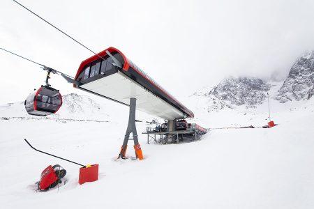 Skalnaté Pleso on Tatranská Lomnican gondolin yläasema ja viereinen pieni vuoristojärvi. Suksilla ylöspäin pääsee vielä taustalla näkyvän tuolihissin verran.