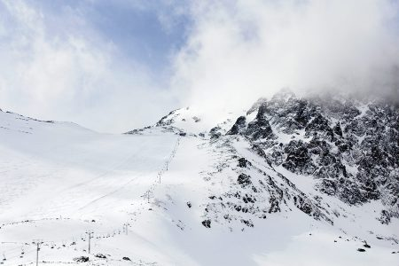 Tatranská Lomnican ylin tuolihissi nostaa 2190 metriin, josta alas vie yksi upea musta rinne tai laaja offarimaasto.