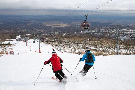 Tatranská Lomnican 1300 korkeuserometrin lasku alkaa mustana, loiventuu sitten punaiseksi. Taustalla näkyvä alaosa on leppoisaa sinistä.