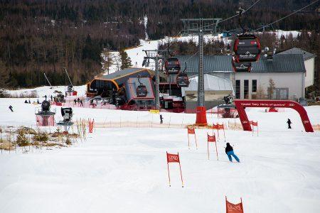 Tatranská Lomnican huipulle nousu vaatii kaksi hissinvaihtoa. Ensimmäinen niistä tapahtuu suurpujotteluradan takana näkyvällä väliasemalla.