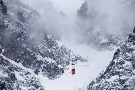 Pieni kabiinivaunu nostaa laskuvälineettömät kyytiläiset Slovakian toiseksi korkeimmalle huipulle 2634 metriin. Läheinen Slovakian ja Tatran korkein huippu Gerlachovský štít on vielä 20 metriä korkeampi.