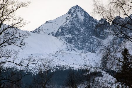 Tatranská Lomnican hiihtokeskuksen hahmottaa selkeämmin kokonaisuutena hieman kauempaa kylältä katsottuna.