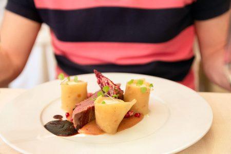 Kun sukset on viety lokeroon, laskureissujen nautinnot jatkuvat ruokailun merkeissä. Vysoké Tatryn Grand Hotel Praha Tatranská Lomnicassa ruokailu voi olla hedonistinen kokemus.