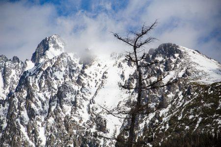 Vysoké Tatryn kolmikon keskimmäinen hiihtokeskus Starý Smokovecia on enemmän lomakylä sekä ulkoilu- ja matkailukeskus. Laskijoille tarjolla on vuorimaisemien lisäksi muutama lyhyt sininen rinne.