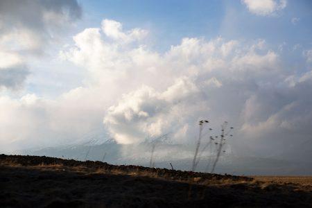 Ylä-Tatran vuoristo on varsin suppealla alueella. Maisemille on tyypillistä, että heti vuoristo vaihtuu tasaiseksi pelloksi kuin veitsellä leikaten.