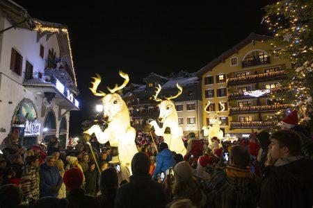 Korkeammalla sijaitsevissa alppikohteissa voi viettää lumivarman joulun. Suomalaisia jouluruokia voi olla vaikea löytää, mutta muuta joulutunnelmaa on helppo löytää.