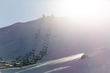Aurinkoiselle Col de la Chal -huipulle 2800 metriin vievät tuolihissit ovat usein ruuhkaisemmasta päästä Paradiskin tarjontaa.