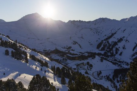 Päivän viimeiset auringonsäteet eivät osu alempana laaksossa sijaitseviin Arc 2000 ja Arc 1950 -kyliin, mutta korkealla ylärinteillä saa nauttia valosta vielä hetken.
