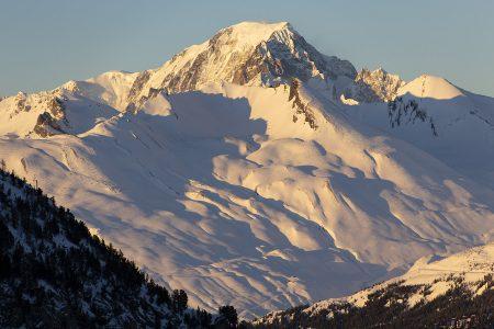 Taaempana olevan Mt. Blancin massiivinen kylki hohkaa viimeisenä ilta-auringon valoa Les Arcista katsottaessa.