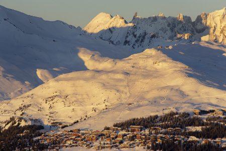 Ilta-aurinko kultaa La Thuilen kanssa yhteisen hiihtoalueen muodostavan La Rosieren kylän ja rinteet. Tätä maisemaa on mukava katsella Arc 1950 -kylästä Les Arcsin hiihtokeskuksesta.