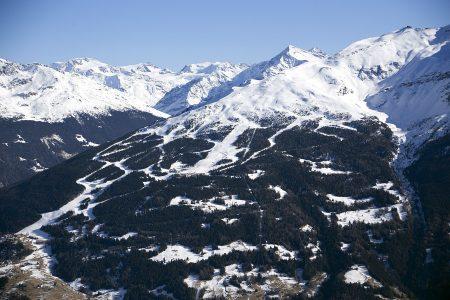 Bormion mittavat rinteet hahmottuvat parhaimmin vastapäiseltä Cima Piazzin hiihtoalueelta. Kuvassa näkyvä noin 1800 metrin korkeusero vastaa suunnilleen Etelä-Suomen kaikkien hiihtokeskusten yhteenlaskettua korkeutta.