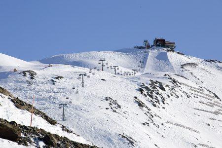 Bormion Cima Bianca -yläasemalle 3012 metriin pääsee sekä tuoli- että kabiinihissillä. Huipulta alaspäin on edessä noin 1800 korkeuserometriä vauhdikasta rinnettä tai offaria.