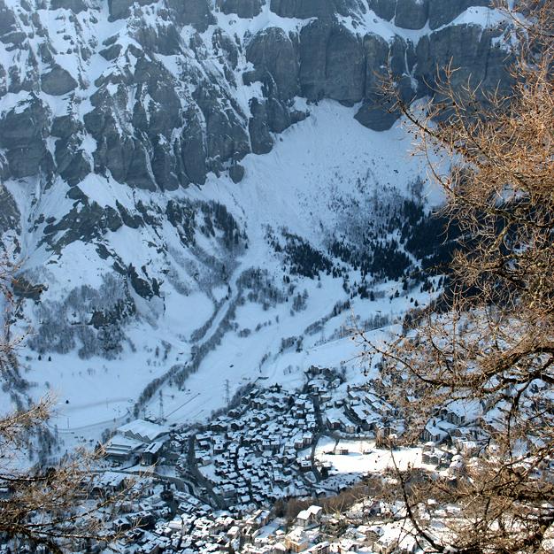 Tunnelmallinen Leukerbad sijaitsee jylhissä maisemissa