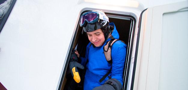 matkailuauto alpeilla laskettelu