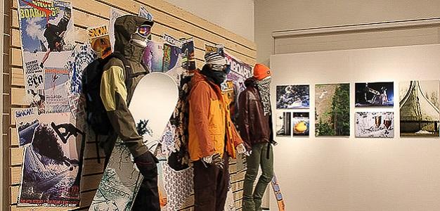 LLL – Lumi, lauta ja laskeminen nimellä kulkeva näyttely raottaa suomalaisen lumilautailun historiaa. Näyttely on avoinna 19.10.2013 – 16.3.2014 Urheilumuseossa Helsingissä.