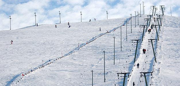Suosittua Ylläs – Huipulla tuulee –sarjan toista tuotantokautta kuvattiin talvella 2013 lumisissa olosuhteissa. Nyt kotikatsomot pääsevät seuraamaan jälleen Lapin hienoja maisemia ja monia persoonallisia ihmisiä.