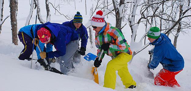 Rinteiden ulkopuolella liikkumisessa on aina riskejä, jotka laskijan tulee tiedostaa. Hyvät lumiturvallisuustaidot mahdollistavat turvallisen liikkumisen tuntureilla ja vuorilla.