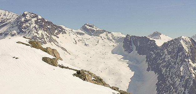 Monterosa on tunnettu helposti hisseillä saavutettavien offareiden lisäksi myös erinomaisena helihiihto-kohteena. Kopterin kyytiin uskaltaa myös vapaalaskun ensikertalainen.