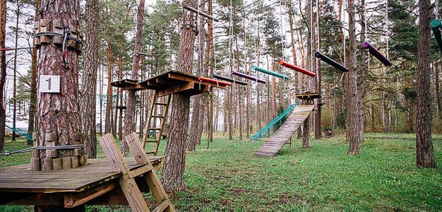 Saarenmaa_Hallikiven_seikkailupuisto_