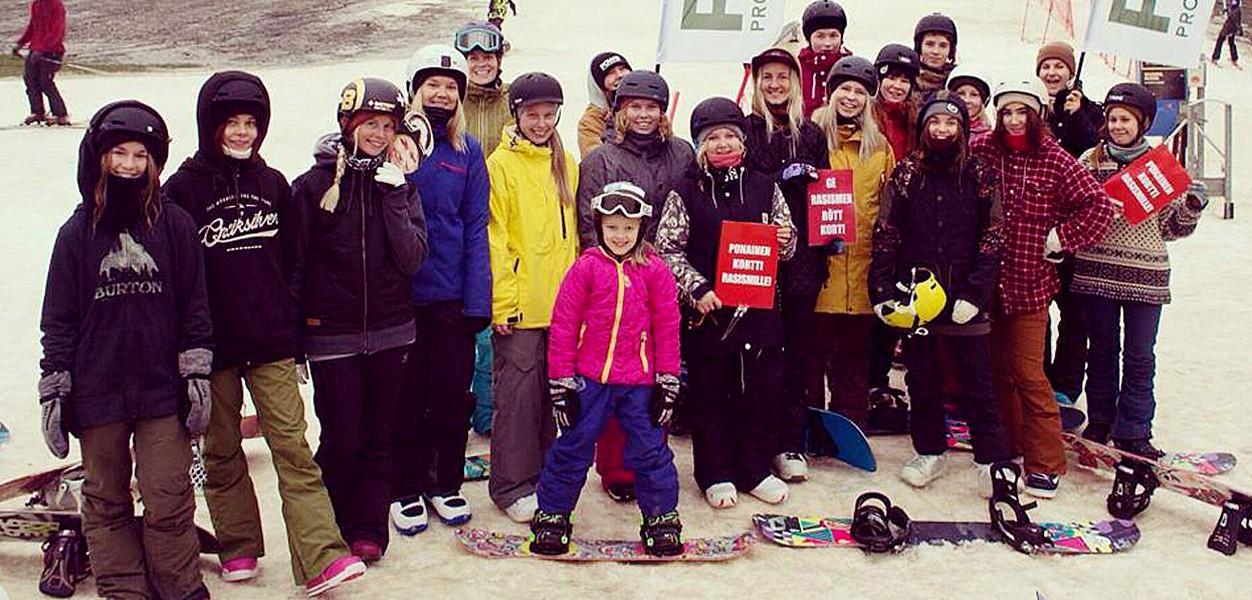 World Snowboard Day Talmassa keräsi kasaan sankoin joukoin hymyileviä mimmejä.